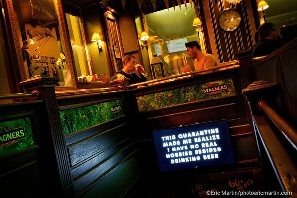 STOCKHOLM AU TEMPS DU COVID 19. ALORS QUE TOUTE L EUROPE SE CONFINE, STOCKHOLM CHOISIT DE RESTER UNE VILLE OUVERTE.  Bar The Liffey dans la vieille ville ( Gamla Stan )