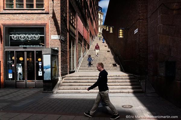 STOCKHOLM AU TEMPS DU COVID 19. ALORS QUE TOUTE L EUROPE SE CONFINE, STOCKHOLM CHOISIT DE RESTER UNE VILLE OUVERTE. Le Kungsgatan (la rue du Roi)