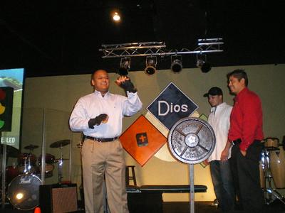 20080210_Pastor Tito Ruiz Levantando Pesas en Predica