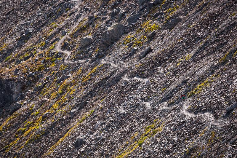 Le paysage minéral omniprésent intimide et fascine. Mais où est Fred ? (indice : suivez le chemin)