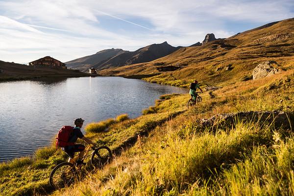 Le Refuge de la Blanche, son lac et ses moutons (en haut à droite).