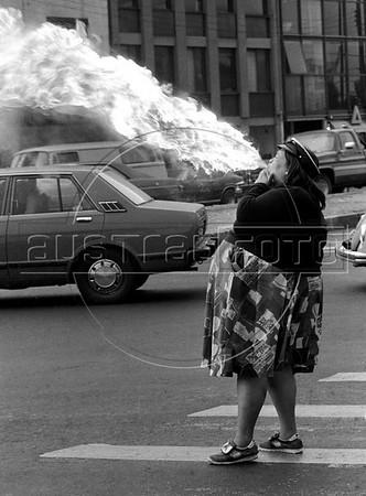 Julia, tragafuego, gana su sustento en las esquinas del DF, Mexico DF, Mexico, Marzo, 1985. (Austral Foto/Renzo Gostoli)