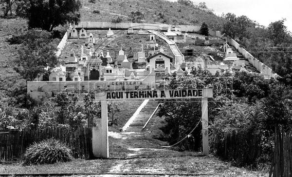 "Cementerio, Rio de Janeiro, ""Aqui acaba la vanidad"". Rio de Janeiro, Brasil 1987."