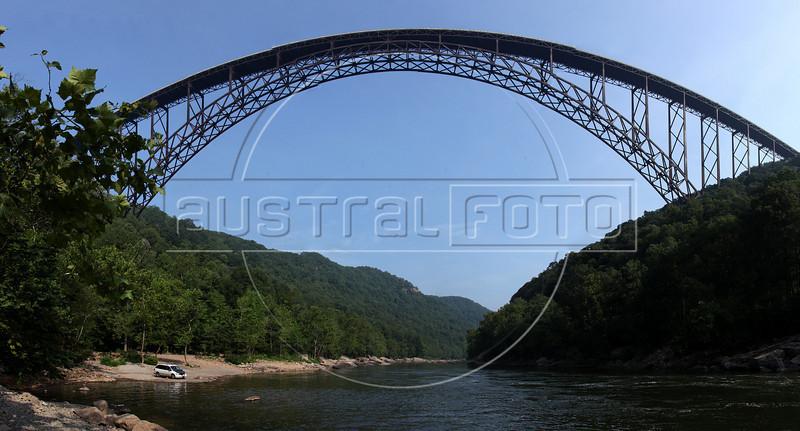 The New River Gorge and Bridge, West Virginia, USA. (Australfoto/Douglas Engle)