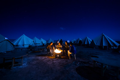 The warmest spot in the entire desert. The athletes that arrive towards the end of the day suffer of exaustion, but have the opportunity of being a part of a special moment like this one. Fire, food and laughs under a clear full moon sky.