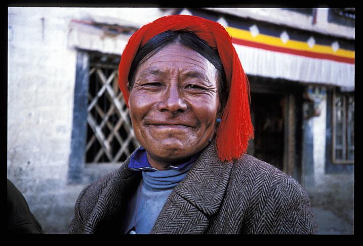 """Tibet<br /> """"Tashe Delay""""""""<br /> Le 7 Octobre 1950, 30.000 soldats de l'armée chinoise envahirent le Tibet. Avec ses armes et son équipement d'un autre âge, la minuscule armée tibétaine résista courageusement, mais fut vite battue. Durant les années d'occupation chinoise, on estime que plus d'un million de Tibétains sont morts: de faim, exécutés, emprisonnés ou victimes de campagnes d'avortements. Plusieurs milliers de personnes, dont le 14ème Dalai-Lama, furent contraints de s'exiler vers l'Inde. Des rapports parlent de femmes tibétaines que l'on a contraintes à l'avortement et stérilisées, et d'enfants sains tués à la naissance. Des milliers de personnes se languissent en prison et endurent d'ignobles tortures. La politique chinoise du """"un enfant par couple"""" ne s'applique pas pour les """"Chinois"""" de cette terre occupée...Sur les murs de mon hôtel, on peut lire les règles de conduite applicables aux étrangers, nous informant que nous devons """"nous tenir"""", ici, au Tibet. Ici, on fait référence aux Tibétains sous le terme de """"peuple minoritaire"""". Il est bien triste de les considérer comme une minorité dans leur propre pays. Dans les rues, les Tibétains vous sourient et vous disent """"Tashe Delay"""", ce qui signifie à la fois """"bonjour"""" et """"bienvenue"""" et ces mots sont prononcés avec douceur et chaleur. Et les Chinois au Tibet? Ils vous ignorent, tout simplement."""