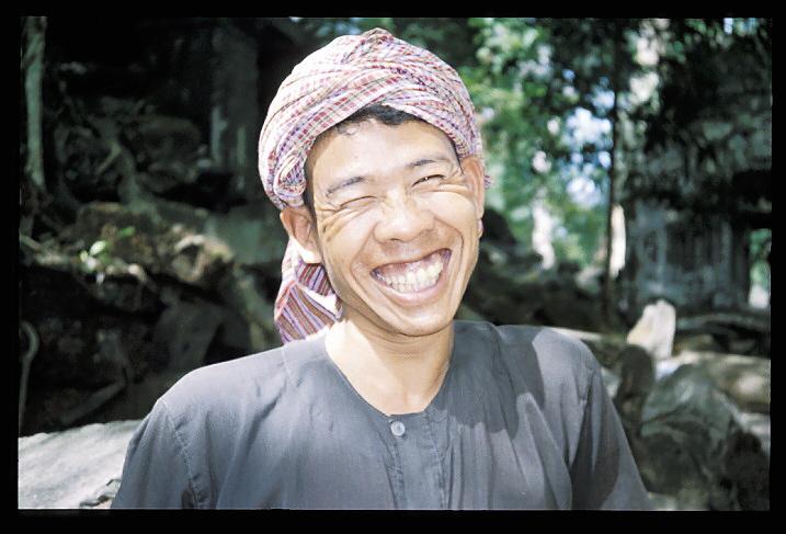 """Cambodge<br /> """"Ankor Wat""""   """"Siem Reap""""<br /> On est Samedi matin au Cambodge, et, bien que j'aie entendu des coups de feu hier soir, tout est si paisible ce matin. Voilà une semaine que je suis là. J'habite avec le collecteur des Impôts du coin, qui vient de me dire qu'il ne déclare pas ses revenus liés a ses activités de loueur de chambres d'hôtes. Le jardin de la maison est un véritable panier de fruits, on y trouve des noix de coco, des corossols, des mangues, et on m'a dit de me servir. Je suis assis dans le patio, et je viens de terminer mon petit déjeuner, composé de pain français et de fromage. Plus tard, j'irai louer une moto et son chauffeur (on ne permet pas aux étrangers de conduire comme il y a ici beaucoup de routes impraticables car non encore deminées). Avec lui, je retournerai à Ankor Vat. Tout ce que j'entends en ce moment, c'est le bruit des enfants, des oiseaux et les quelques coups de marteaux d'un bricoleur. Quand je repense à l'inquiétude que j'éprouvais, il y a une semaine de cela, à l'idée de venir ici, persuadé qu'il y aurait un bandit Khmer Rouge embusqué derrière chaque arbre, je me sens bête..."""
