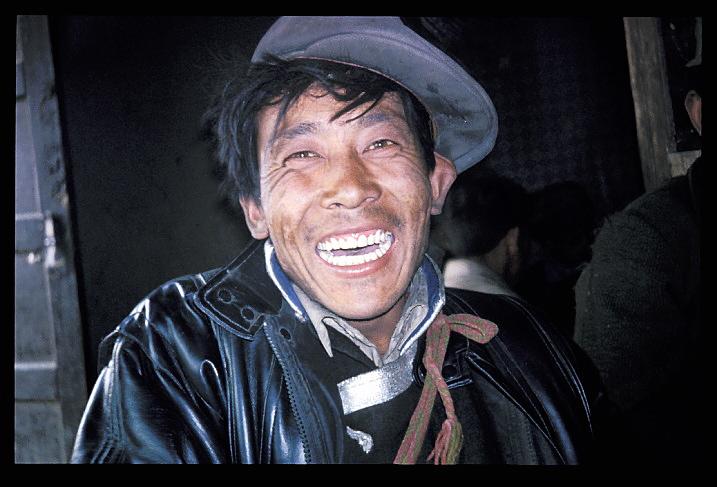 """Tibet<br /> """"Po-Po""""<br /> Accompagné de cinq autres personnes, j'ai pris une Jeep depuis la frontière Népalaise, à travers le plateau tibétain, jusqu'à Lhassa, capitale du Tibet. Pendant plusieurs années, Lhassa est restée """"la Cite Interdite"""", fermée aux étrangers. Le voyage devait durer cinq jours, et comprenait une ascension à une altitude de 5.000 mètres, où l'oxygène est si rare qu'il est difficile de respirer. L'Everest s'élevait devant nous,encore 3500 mètres plus haut, couvert de nuages. Le mal des hauteurs nous avait tous affectés, d'une facon ou d'une autre. Marcher à cette altitude, était, pour qui n'y était pas habitué, très difficile, et le fait de pousser un 4x4 pris dans la neige semblait impossible, et se soldait d'ordinaire par des vomissements et un épouvantable mal de tête.Il n'y avait pourtant pas d'alternative, le TCS n'arrivant pas jusqu'ici! Nous fûmes le dernier véhicule à traverser la passe avant que celle-ci ne soit bloquée par une tempête de neige. Finalement, nous avons atteint une maison où nous nous sommes arrêtés pour nous reposer. Il y faisait chaud, et nos hôtes nous offrirent du thé au beurre de yack, qui, même dans ces circonstances, avait quand même un goût écoeurant. Cet homme était notre hôte."""