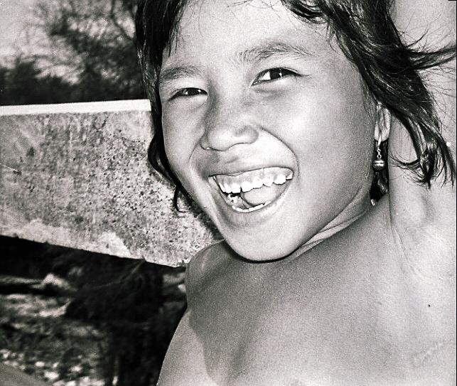 """"""" Les champs de la Mort """" Cambodge<br /> En prenant Pnohm Penh, les Khmers Rouges ont entamé l'une des restructurations les plus radicales et brutales jamais intentées sur une société. Leur but était de faire du Cambodge une coopérative agricole dominée par les paysans. Des milliers de gens ont été liquidés de manière systématique, stigmatisés comme «parasites» pour la simple raison qu'ils parlaient une langue étrangère ou portaient des lunettes. Au moins un million de Cambodgiens furent tués entre 1975 et 1979. A 16 kms de la capitale se trouvent les Champs de la Mort de Choeung Ek. Les restes de 8985 hommes, femmes et enfants ont été exhumés de 43 fosses communes, et 86 de ces fosses n'ont pas été touchées. Ces tombes sont si peu profondes et si pleines, que lorsque vous traversez ces champs, vous voyez des fragments d'os humains, de dents, de vêtements, dépasser du sol. Aucun endroit sur Terre n'est aussi silencieux, aussi plein de désespoir. Car ici, on perçoit l'étendue de ce dont l'homme est vraiment capable. En quittant les «champs», comme on les appelle simplement, cet enfant m'a souri. Le massacre s'est enfin arrêté ici."""