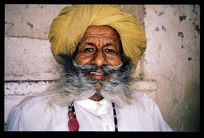 """Inde<br /> """"Coincidence?""""<br /> Avant que je ne parte pour l'Inde, ma soeur m'a donné un livre """"The Insight Guide to India"""".Il était trop gros pour que je l'emporte avec moi, et je le laissai donc à la maison. J'ai parcouru l'Inde dans le sens inverse des aiguilles d'une montre, et, vers la fin du voyage, alors que j'arrivai au Rajasthan, j'ai rencontré cet homme. Je trouvai sa barbe étonnante, et il fut heureux que je le prenne en photo. Quelque temps plus tard, quand je suis rentré chez moi, j'ai cherché ce livre que l'on m'avait donné, et j'ai découvert cet homme (ou son double) sur la couverture. Il y a presque un milliard d'individus (1.000.000.000) en Inde. Ai-je bien rencontré le même homme que celui sur la couverture du livre offert par ma soeur?"""