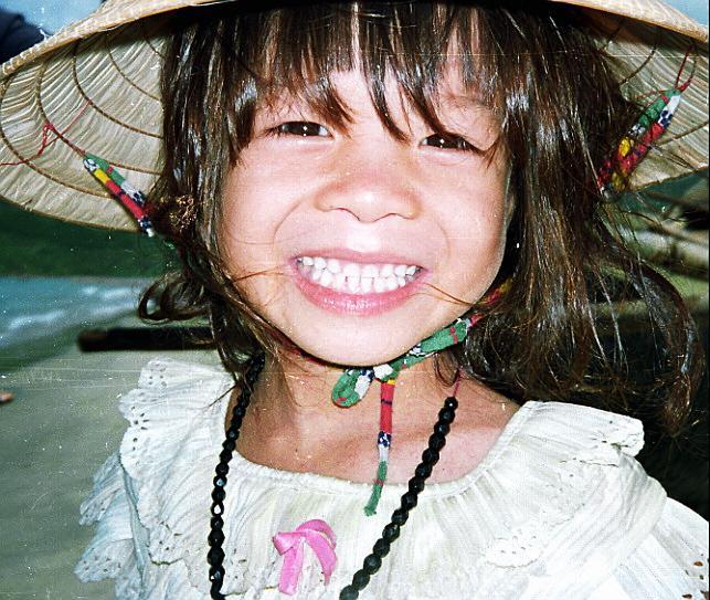 """""""Paradis"""", Vietnam<br /> S'il existe, alors je l'ai trouvé ici, à Lang Co"""", sur la mer de Chine. J'avais quitté mon pays sans attaches, et je savais que si je trouvais un endroit mieux que chez moi, je pourrais y rester. Ici, les gens étaient adorables, les paysages magnifiques, la nourriture délicieuse, et le temps des plus agréables - pour un Ecossais. J'ai découvert cependant que je n'ai qu'un seul foyer et qu'il se trouve, comme on dit,""""là où on a le coeur"""", et en dépit du temps, pour moi, c'est quand même l'Ecosse. Souvent, quand viennent la pluie, le froid et les longues nuits, je me demande si j'ai fait le bon choix...Cela dit, les doutes ne durent pas souvent plus d'une vie!"""