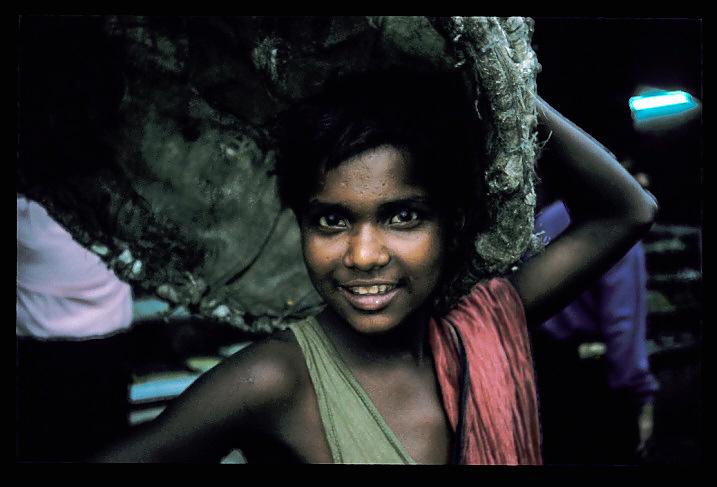 """Calcutta<br /> J'ai traversé le pont le plus bondé au monde pour arriver à la """"cité de la joie"""". Le coeur de Calcutta. Avec une population égale à deux fois celle de l'Ecosse, c'est une concentration de pauvreté, de privation et de saleté sans égale, et cependant, c'est aussi une ville extraordinairement vivante et vibrante. Les charettes de livraison sont tirées essentiellement par des hommes, et sont tellement surchargées de bottes de foin, de sacs de farine, de riz, de canne à sucre, de jute, de thé, de charbon, et de toute sorte d'autres choses qu'elles sont presque impossibles à manoeuvrer. La pollution est si dense que j'en ai les yeux qui me piquent. Les rues sont pleines de gens dont les mutilations crient a l'horrible injustice...C'est la seule ville au monde où les rickshaws sont tirés par des hommes. J'ai été invité à partager une tasse de """"chai"""" à un étal en pleine rue par deux """"tireurs"""". Avec un maigre salaire d'à peine 15 pence par jour, ils sont parmi les travailleurs les plus pauvres au monde - et pourtant ils ont tenu à payer mon thé. Cela a été la plus grande leçon d'humilité de ma vie.J'ai découvert ici l'Inde que j'avais longtemps imaginée. J'ai découvert ici une chaleur humaine que je ne pensais pas possible. Les gens de ce pays ont la bonté de m'offrir une tasse de thé. Et moi? que puis-je faire, et même, que fais-je en réalité?"""