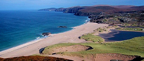 """Ma plage<br /> J'ai un endroit spécial en Ecosse, qui, jusqu'à récemment, n'était que peu connu. C'est l'endroit où je me suis réfugié après la mort de mon père. L'endroit où j'ai réfléchi au sens de la vie, si on peut le dire ainsi sans que ça ressenble trop à un cliché. C'est tout simplement une plage, sur la côte Nord Ouest de l'Ecosse. Pour moi, c'est la plus belle plage du pays. Son isolement fait sa force. Il faut parcourir 9 kilomètres de lande depuis la route la plus proche pour y accéder.<br /> J'y suis allé deux fois, la première, comme je l'ai dit, après la mort de mon père, et la deuxième quand j'y ai emmené une française, Estelle, qui adorait l'Ecosse, afin de lui montrer """"ma plage"""". C'etait deux jours avant mon départ pour Rio de Janeiro en 94. Notre visite était chargée en émotions, car c'est un endroit émouvant. Cameron MacNeish a décrit ainsi l'endroit: """" Les falaises du Nord semblaient se fondre en diverses nuances de gris en direction de Cape Wrath et il y régnait un silence dont je n'avais jamais eu l'experience auparavant. Je m'assis sur l'étendue rocheuse et absorbait ce silence, la solitude pénétrant tout mon être, non pas une solitude déplaisante, mais plutôt une grande paix.""""<br /> Voici donc mon endroit favori, et celui de quelques autres, mais peu nombreux. Chaque fois que j'y suis allé, il n'y avait pas d'autre visiteur, et c'est seul que l'on parcourait le kilomètre et demi que fait la plage.<br /> Il y a une petite île, connue sous le nom de Am Balg, à environ un kilomètre et demi au large et, bizarrement, c'est là que j'ai effectué ma meilleure plongée en Ecosse. Je m'y suis rendu en bateau, accompagné de douze autres personnes de Kinlochbervie, et bien que nous puissions voir la plage depuis le bateau, nous n'y sommes pas allés. Ca n'aurait pas été pareil à treize.<br /> Deux jours après m'être rendu sur cette plage, j'ai pris l'avion pour Rio et, en arrivant a l'aéroport, au Brésil, j'ai rencontré un type du Pays de Galles. Nous avon"""