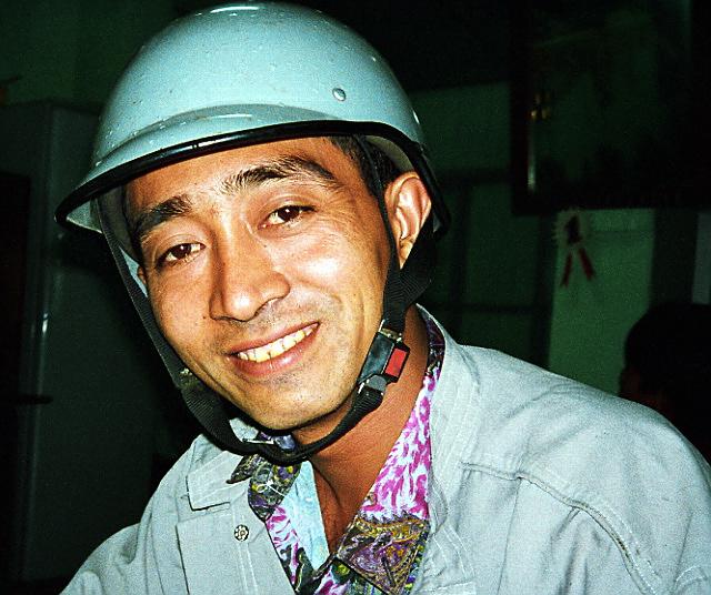 """""""Win Lwin Too"""" <br /> La Birmanie est un pays à la beauté envoûtante, et garde la fascination d'une culture inchangée. Son peuple est toujours amical et accueillant. En 1988, des milliers de manifestants sans armes (dont des étudiants, des femmes et des enfants), furent abattus dans les rues par l'armée pendant des manifestations pacifiques en faveur de la démocratie.  Le pouvoir n'est toujours pas aux mains de ceux qui ont été élus démocratiquement en 1990 (dont le Prix Nobel de la Paix Aung San Suu Kyi, qui est encore en résidence surveillée à ce jour). La Birmanie est un pays où l'on enfreint les droits de l'homme à grande échelle. <br /> <br /> J'ai rencontré Win Lwin Too un soir. C'est l'être le plus doux que j'aie jamais vu. Win, alors en 4ème année de Médecine, a pris part aux manifestations de 1988. A cause de cela, il a été contraint d'abandonner ses études de médecine et travaille maintenant dans les rizières. Sa sœur a été tuée à côté de lui, pendant les manifestations qui ont eu lieu à Rangoon."""