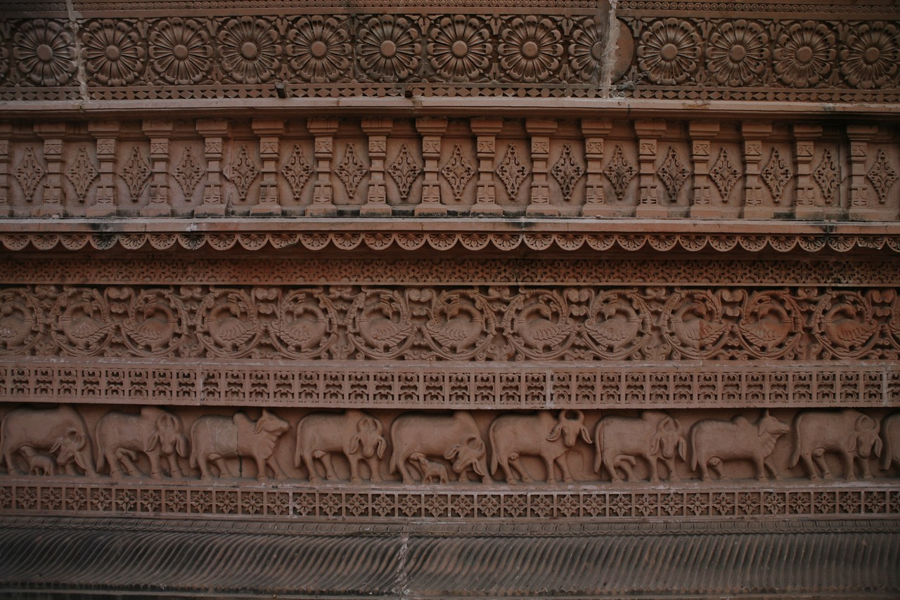 The Swaminarayan temple in Ahmedabad, Gujarat has a sprawling campus and the structure has walls filled with delicate carvings of Hindu symbols. The heritage walk of Ahmedabad, a highly recommended of the places to visit in Ahmedabad starts early morning at this temple.