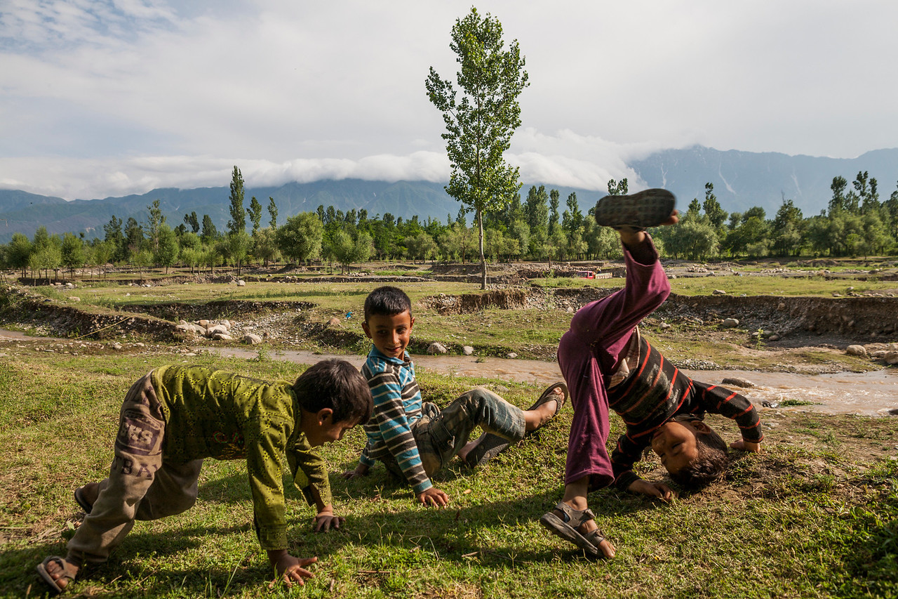Kids playing at Kolam Chinar, a village with sulphur springs in Kashmir