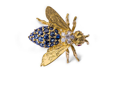 Strömdahls Juveler http://www.stromdahl.se  08 24 04 65  Brosch i guld med 6 diamanter totalt 0,14 carat. 22 safirer  totalt 0,96 carat och 2 rubiner.  22.375 kr