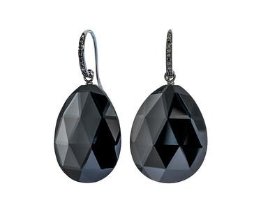 Strömdahls Juveler http://www.stromdahl.se  08 24 04 65  Örhängen med svarta diamantkrokar och stora facetterade onyxer. 22 st diamanter 0,12 carat. Ca 14.525 kr
