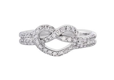 Strömdahls Juveler http://www.stromdahl.se  08 24 04 65   Ring i vitguld, 18 stycken diamanter totalt 0,42 carat.  29.375 kr