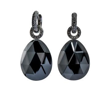 Strömdahls Juveler http://www.stromdahl.se  08 24 04 65  Creoler med 100 svarta diamanter 0,53 carat. Påhängen med facetterade svarta onyxer 26 diamanter 0,20 carat. ca. 41.125 kr