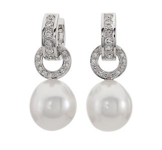 Strömdahls Juveler http://www.stromdahl.se  08 24 04 65  Creoler med 16 diamanter totalt 0,36 carat. Ø 12,5 mm. Påhängdelar med 56 diamanter 0,38 carat totalt. Pris: ca 32.375 kr