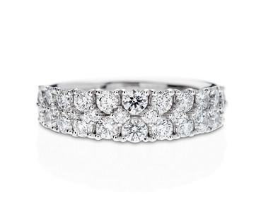 Strömdahls Juveler http://www.stromdahl.se  08 24 04 65 Docerad halvallians i vitguld. 32 diamanter 1,50 carat totalt. Pris: 59.000 kr