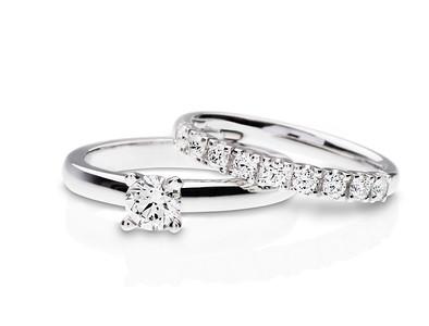 Strömdahls Juveler http://www.stromdahl.se  08 24 04 65 Alliansring i vitguld, guld eller rosé. Från diamantstorlek 0,015 upp till 0,12 carat/diamant och solitärring som finns i vitguld, guld eller platina. Finns med mittsten från 0,20 carat och uppåt.