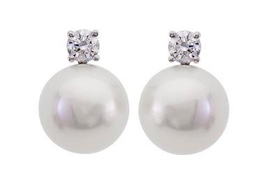 Strömdahls Juveler http://www.stromdahl.se  08 24 04 65 2 diamanter 0,16 carat totalt. Finns med större dia och pärla, pris från 8.875 kr