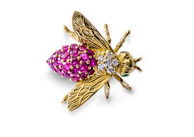 Strömdahls Juveler http://www.stromdahl.se 08 24 04 65   Brosch i guld med 6 diamanter totalt 0,14 carat. 22 rubiner totalt 1,00 carat och 2 smaragder.  22.375kr