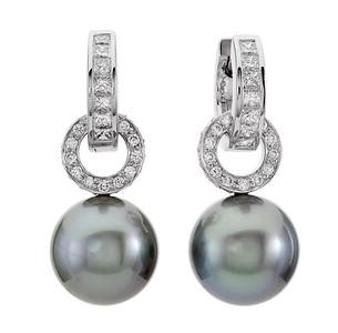Strömdahls Juveler http://www.stromdahl.se  08 24 04 65   Creoler i vitguld med 14 diamanter 0,40 carat totalt. Påhängdelar i vitguld med 56 diamanter 0,38 carat totalt. 15.800 kr Hängen med    56st diamanter 0,38 ct och tahitipärlor 23.000 kr  Totalt 38.800 kr