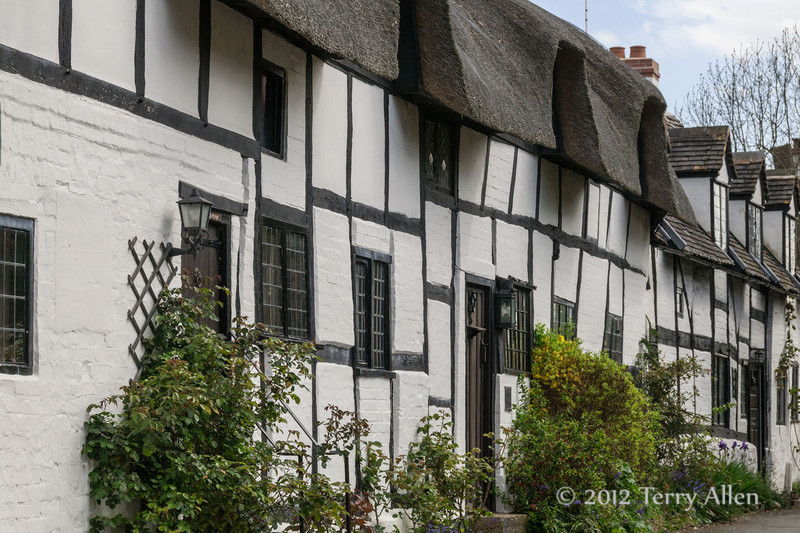 Old-half-timbered-thatched-roof-homes,-Stratford-upon-Avon
