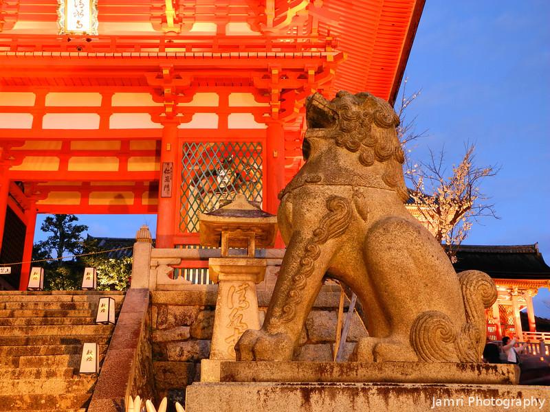 Up close to the Lion.<br /> During Higashiyama Hanatouro 2012.