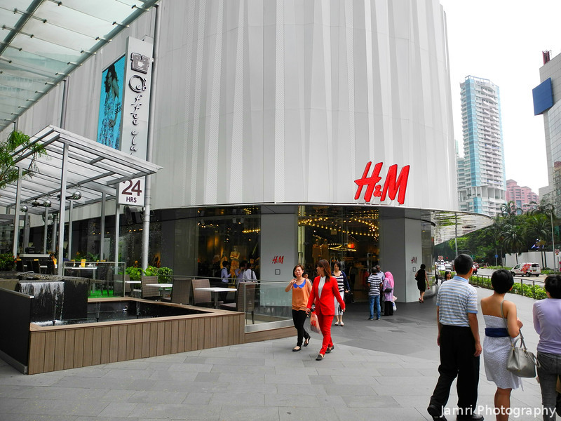 H&M.<br /> A Swedish fashion retailer with a similar concept to Uniqlo, ie affordable fashion for the masses.<br /> However we didn't find anything here we wanted to buy, whereas that never happens when we walk into Uniqlo.<br /> This concludes our Orchard Road photos...