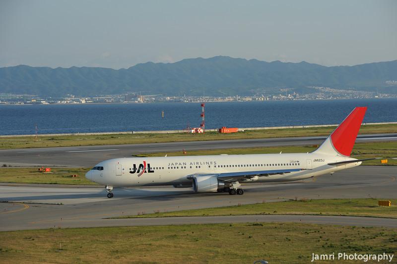 JAL in Golden Light.<br /> A JAL Boeing 767-346ER, Rego: JA623J.
