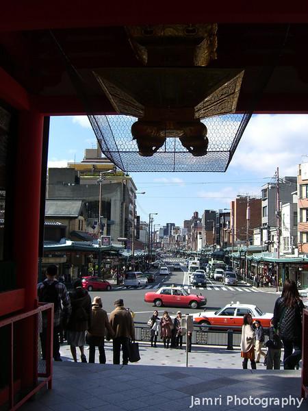 The view down Shijo-dori.<br /> From the Gate of Yasaka-jinja.