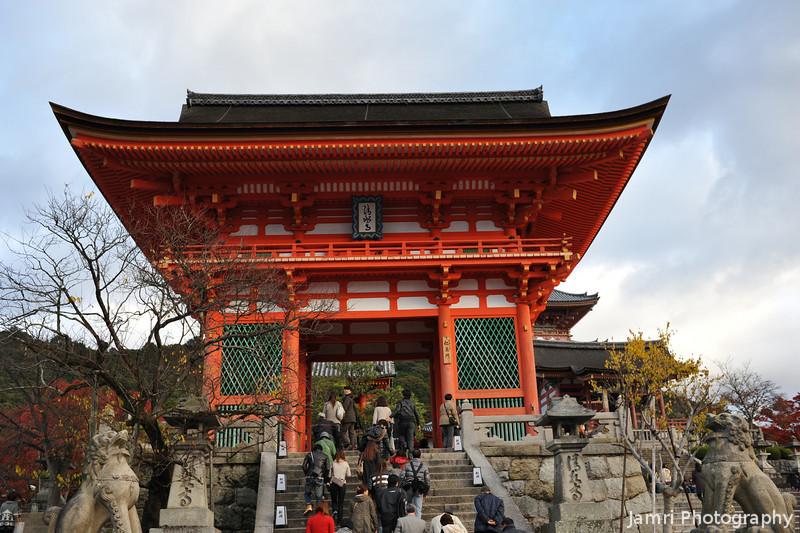 Through the main gate.<br /> At Kiyomizu-dera (Kiyomizu Temple) in Kyoto.