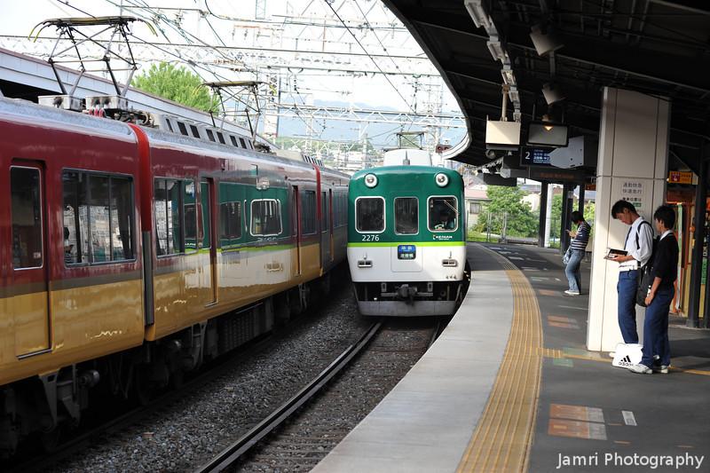 Local train approaching.<br /> At Keihan Chushojima Station.