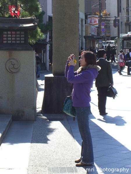 Shooting the Shrine Gate.<br /> At Yasaka-jinja, Gion, Kyoto.