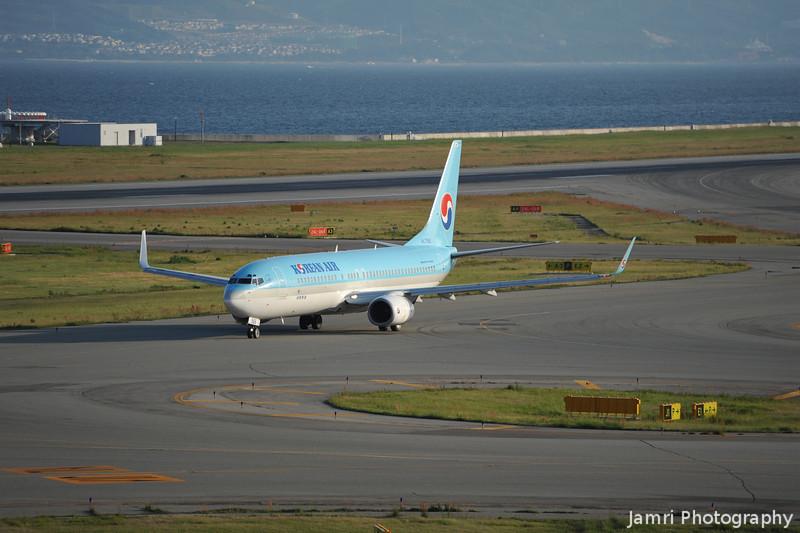 Korean Air Departing.<br /> A Boeing 737-800. Rego: HL 7566