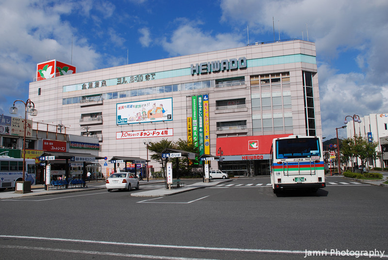 Heiwado, Omi Hachiman.<br /> Such a big Heiwado (Supermarket/Variety Store Chain) for a small city, but I guess they've got a much larger catchment out here, compared with the Heiwado in Nagaokakyo.