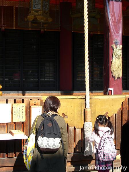 Worshippers at Yasaka-jinja.