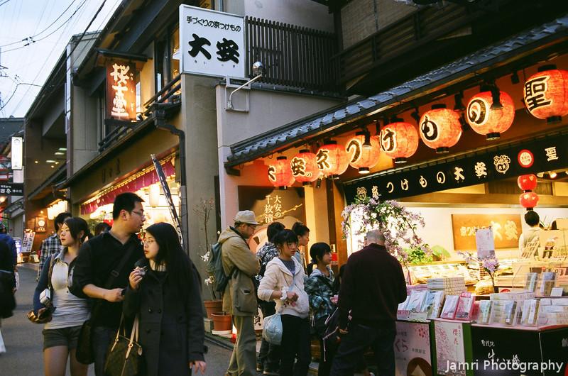 Night Shopping.<br /> During the Higashiyama Hanatouro.<br /> Note Film Shot: Nikon F80 + Nikkor 35 f/2 + Fujicolor PR400