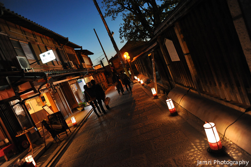 A quiet evening in Kyoto.<br /> During the 2011 Higashiyama Hanatouro (flower light path).