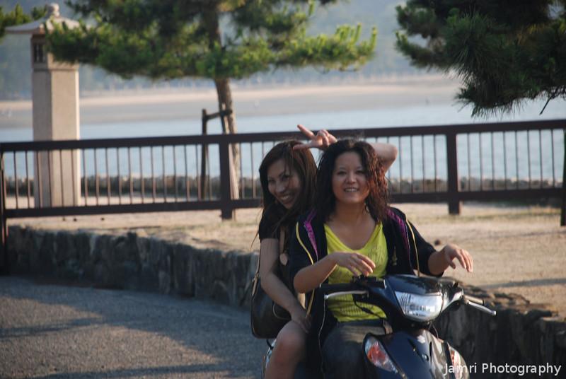 Hai Posu!<br /> A couple of friendly girls at Miyajima Island.