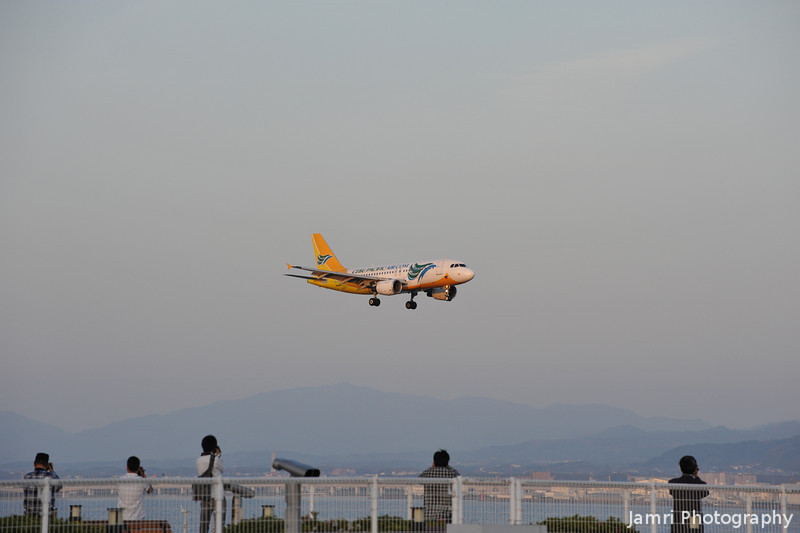 Approaching Plane.<br /> All of the photographers jump into action!<br /> This a Cebu Pacific Airbus A319-112, Rego: RP-C3198.