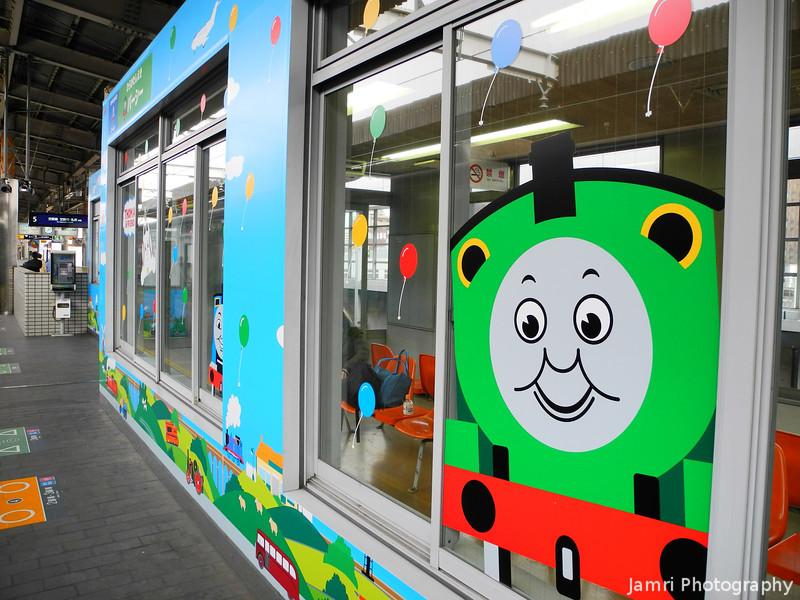 Thomas the Tank Engine decorated waiting room.<br /> At Keihan Hirakata-shi Station on the platform for trains going to Kisaichi.