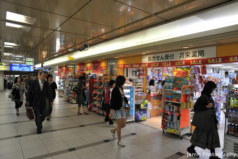 Along the Passageway.<br /> Between Hankyu Umeda Station and the Subway Umeda Station.