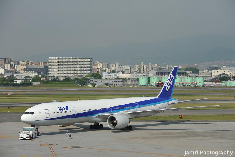 ANA Boeing 777-300 Turning.