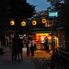 Heading to the ticket office.<br /> To go on an evening boat ride on the Hozugawa in Arashiyama.