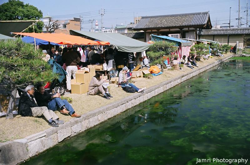 Picnicking by the Pond.<br /> During market day at Toji.<br /> Note Film Shot: Nikon F80 + Nikkor AF 35 f/2 + Circular Polariser + Fujicolor PRO400